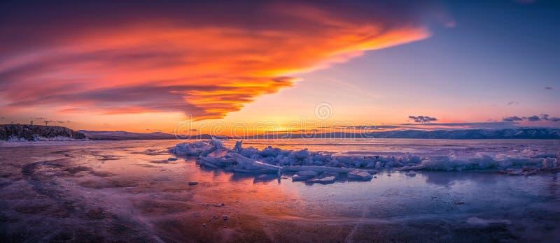 Céu do por do sol com gelo de quebra natural sobre a água congelada no Lago Baikal, Sibéria, Rússia fotografia de stock