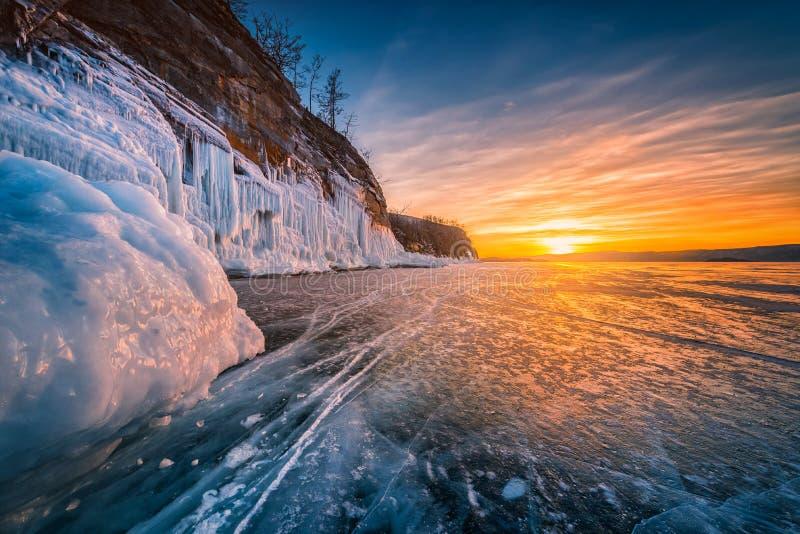 Céu do por do sol com gelo de quebra natural sobre a água congelada no Lago Baikal, Sibéria, Rússia imagem de stock
