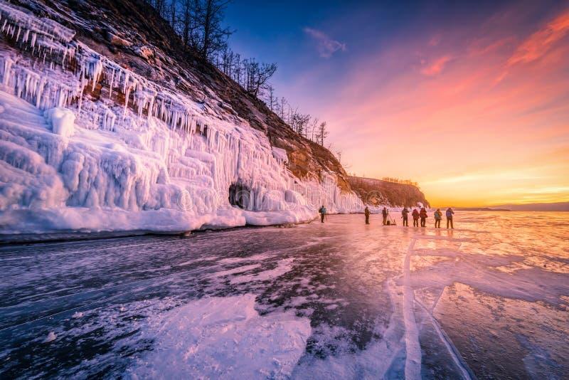 Céu do por do sol com gelo de quebra natural sobre a água congelada no Lago Baikal, Sibéria, Rússia imagens de stock