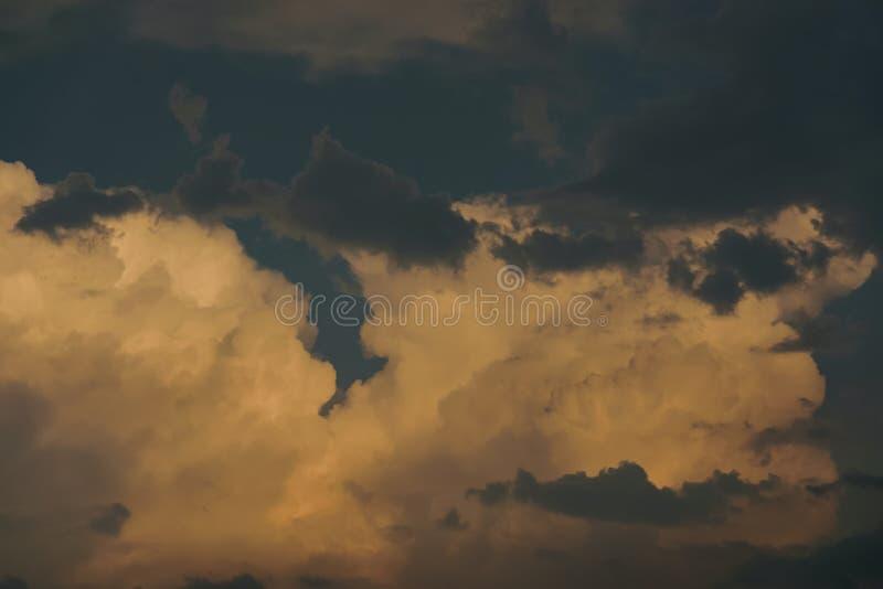 Céu do por do sol com nuvens alaranjadas fotografia de stock royalty free