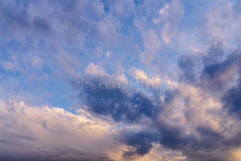 Céu do por do sol com nuvens alaranjadas fotos de stock royalty free