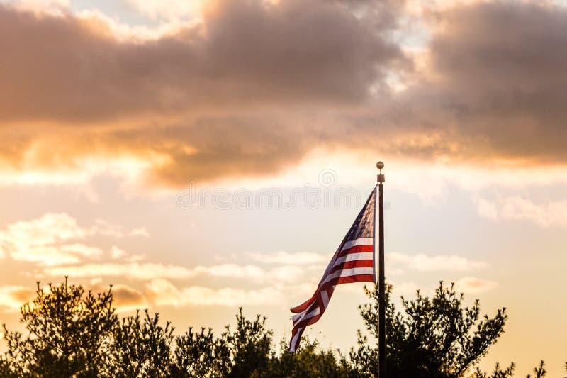 Céu do por do sol da bandeira do Estados Unidos foto de stock