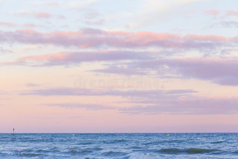 Céu do por do sol da cor pastel sobre o mar fotografia de stock