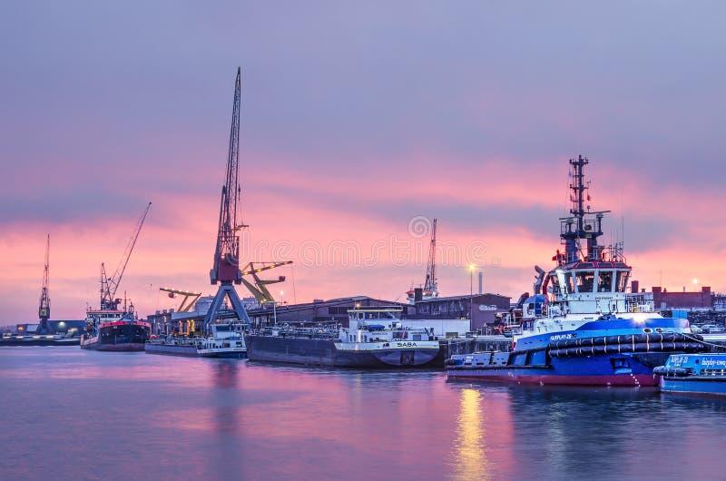 Céu do por do sol no porto de Rotterdam imagem de stock