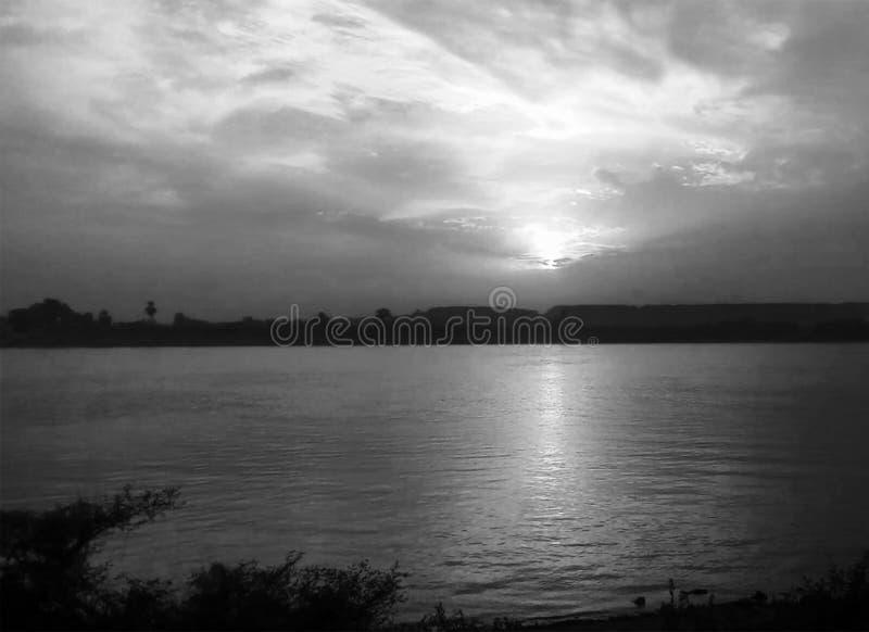 C?u do por do sol sobre Nil Luxor, Egito - preto e Whit imagens de stock royalty free