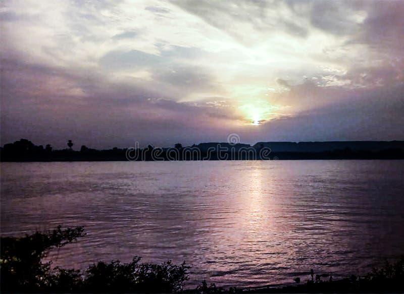 C?u do por do sol sobre Nil Luxor-Egypt imagem de stock