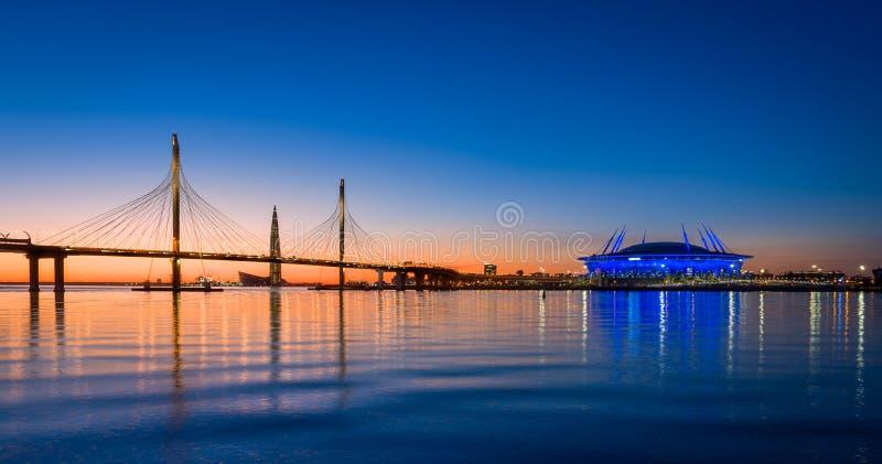 Céu do por do sol sobre o rio do Neva de St Petersburg imagens de stock royalty free