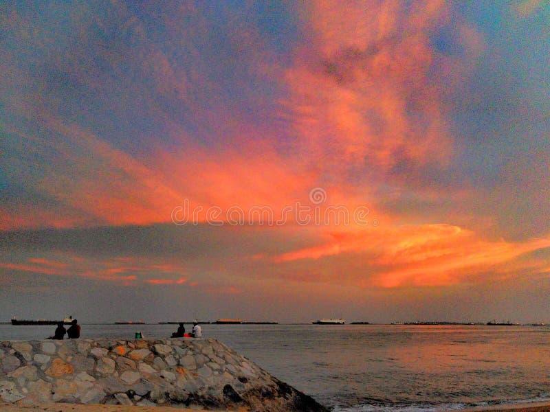 Céu do por do sol sobre a praia do parque da costa leste em Singapura fotografia de stock royalty free