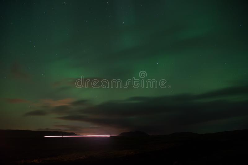 Céu do preto da luz do norte com estrelas Milagre da natureza Céu da obscuridade da Aurora Fenômenos surpreendentes da natureza O fotografia de stock royalty free