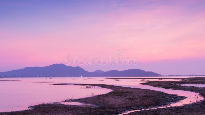 Céu dramático após o por do sol sobre o lago natural foto de stock
