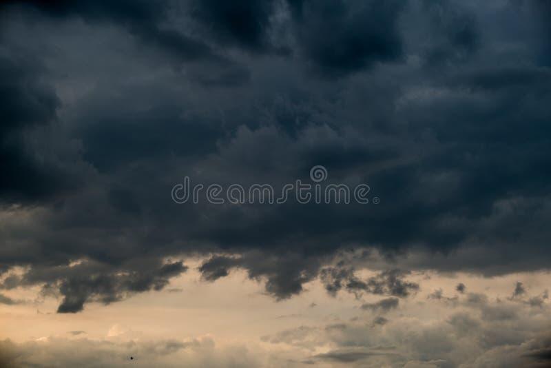 Céu dramático bonito com formações escuras das nuvens fotografia de stock