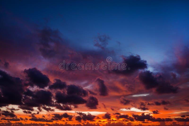 Céu dramático colorido com a nuvem no por do sol fotos de stock royalty free