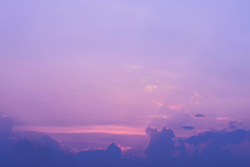 Céu dramático colorido com a nuvem no por do sol imagens de stock royalty free