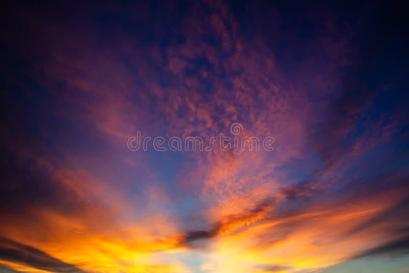 Céu dramático colorido com a nuvem no por do sol fotografia de stock royalty free