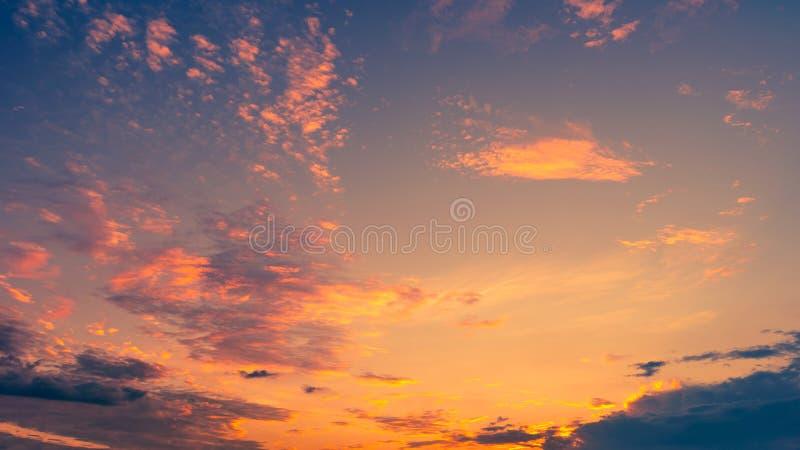 Céu dramático colorido com a nuvem no por do sol foto de stock