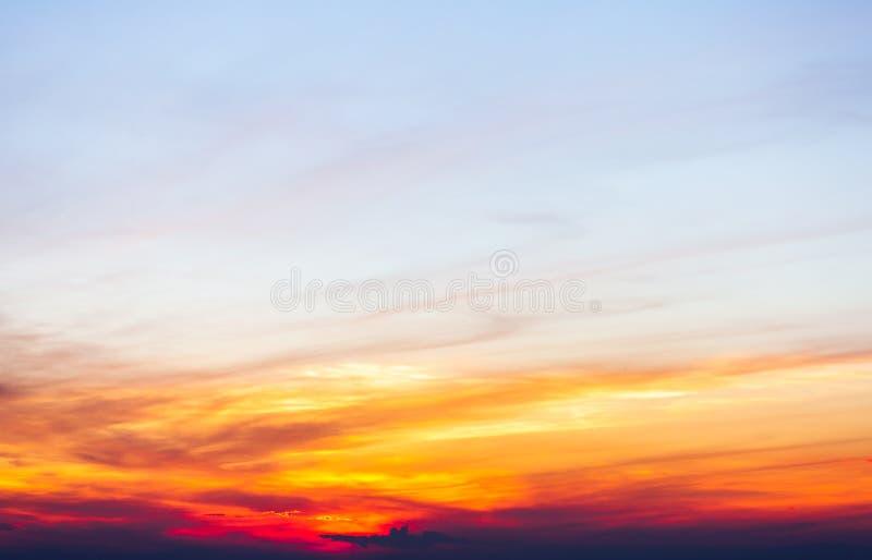 Céu dramático colorido com a nuvem no por do sol imagens de stock