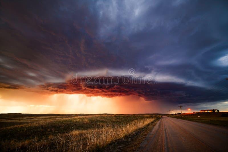 Céu dramático com nuvens de tempestade no pôr do sol imagens de stock