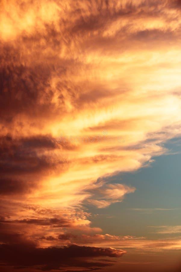 Céu dramático com por do sol bonito fotografia de stock