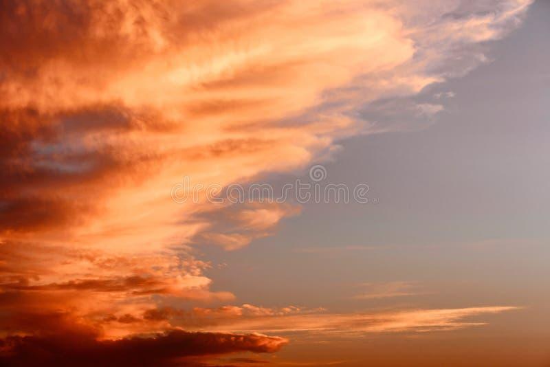 Céu dramático com por do sol bonito fotos de stock royalty free