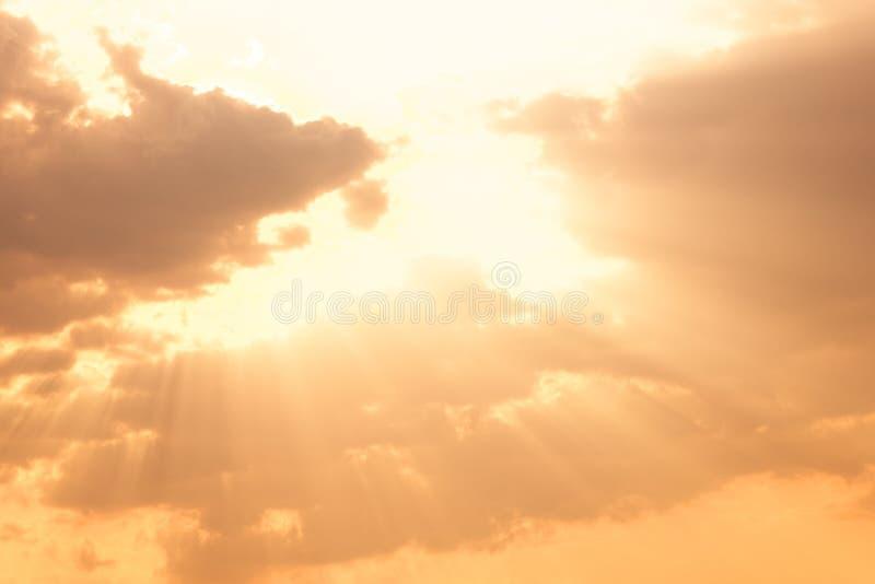 Céu dramático com por do sol bonito imagens de stock