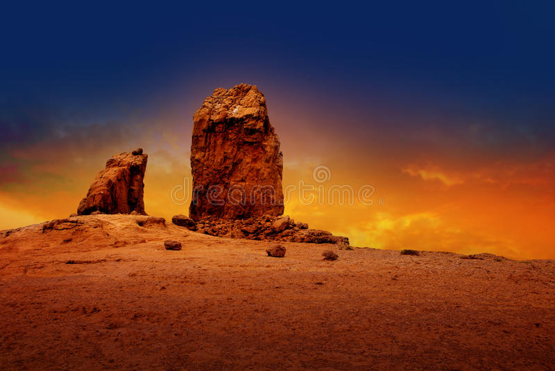 Céu dramático do por do sol do nublo do roque de Gran canaria foto de stock royalty free