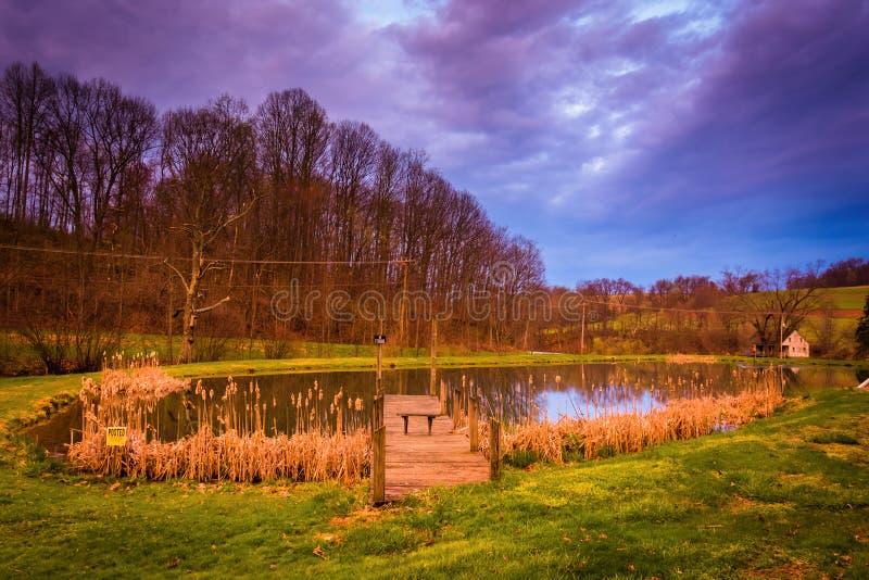 Céu dramático do por do sol sobre uma lagoa no Condado de York rural, Pennsylvan fotografia de stock royalty free