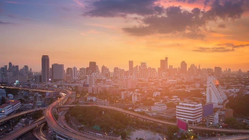 Céu dramático do por do sol sobre o negócio da cidade do centro imagem de stock