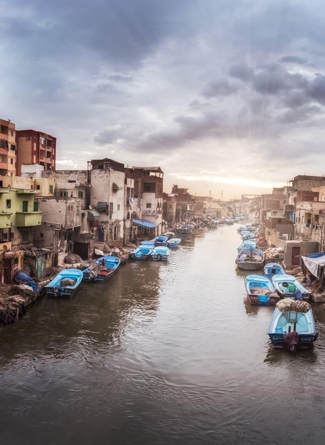 Céu dramático e nascer do sol e barcos na aldeia piscatória de Al Maks em Alexandria Egypt imagens de stock