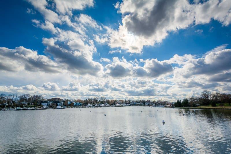 Céu dramático sobre a angra dos termas, em Annapolis, Maryland foto de stock royalty free