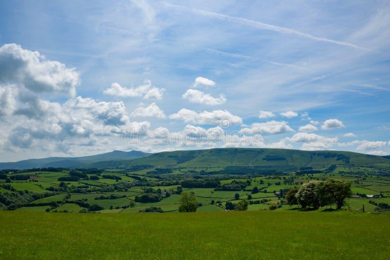 Céu dramático sobre balizas de Brecon, campo norte de Gales foto de stock royalty free