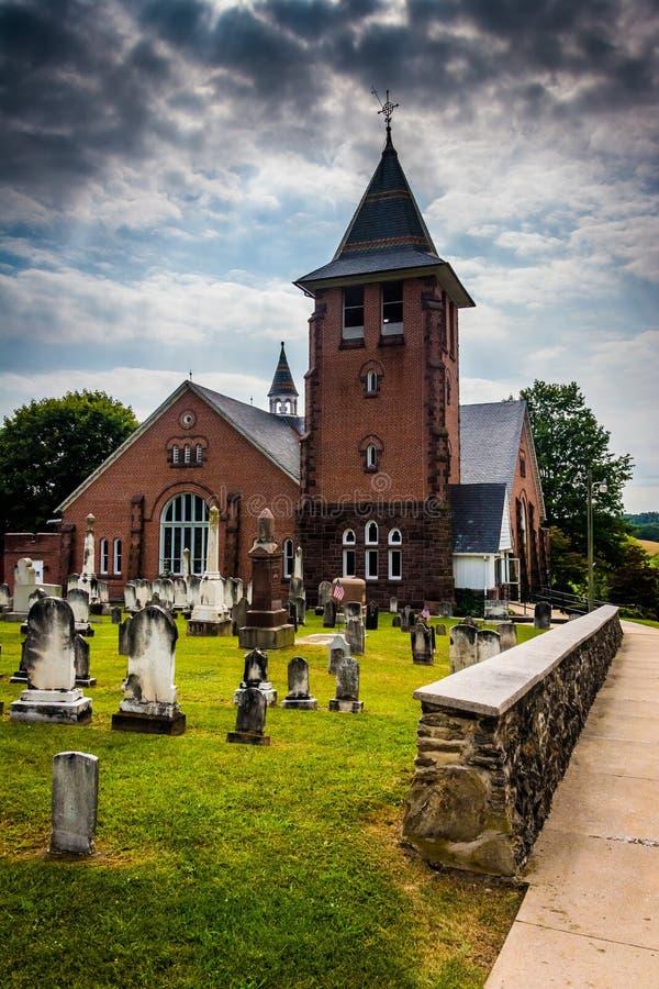 Céu dramático sobre a igreja de pedra do St Jacob, em Glenville, Pennsy fotos de stock
