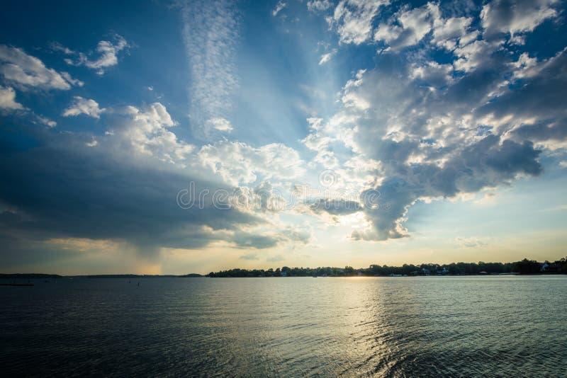 Céu dramático sobre o normando do lago em Ramsey Creek Park, em Cornelius imagens de stock royalty free