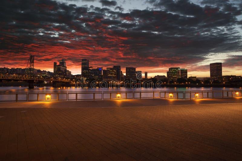 Céu dramático sobre panorama da skyline da cidade de Portland, Oregon com ponte de Hawthorne imagem de stock