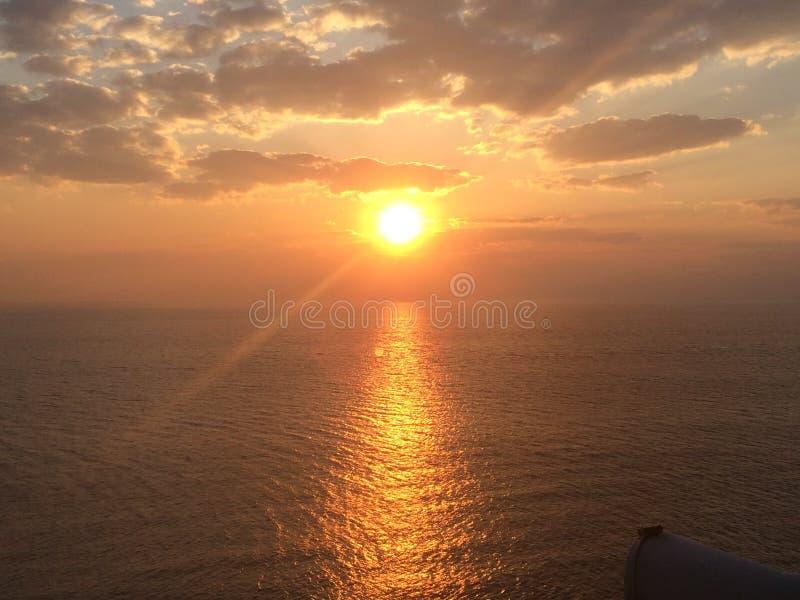 Céu durante o tempo de elevação de Sun no mar Mediterrâneo foto de stock