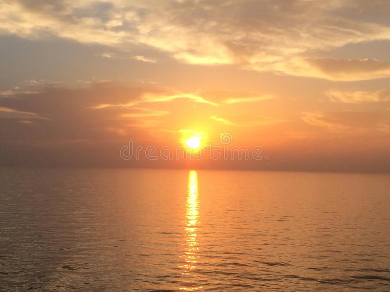 Céu durante o tempo do nascer do sol no mar Mediterrâneo fotografia de stock royalty free