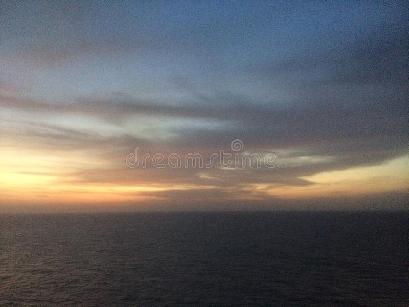 Céu durante o tempo do pre-alvorecer no mar Mediterrâneo imagem de stock