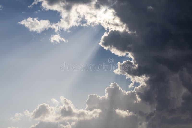 Céu e fundo dramáticos dos raios de Sun Luz dos raios de sol e Cloudscape temperamental fotos de stock royalty free