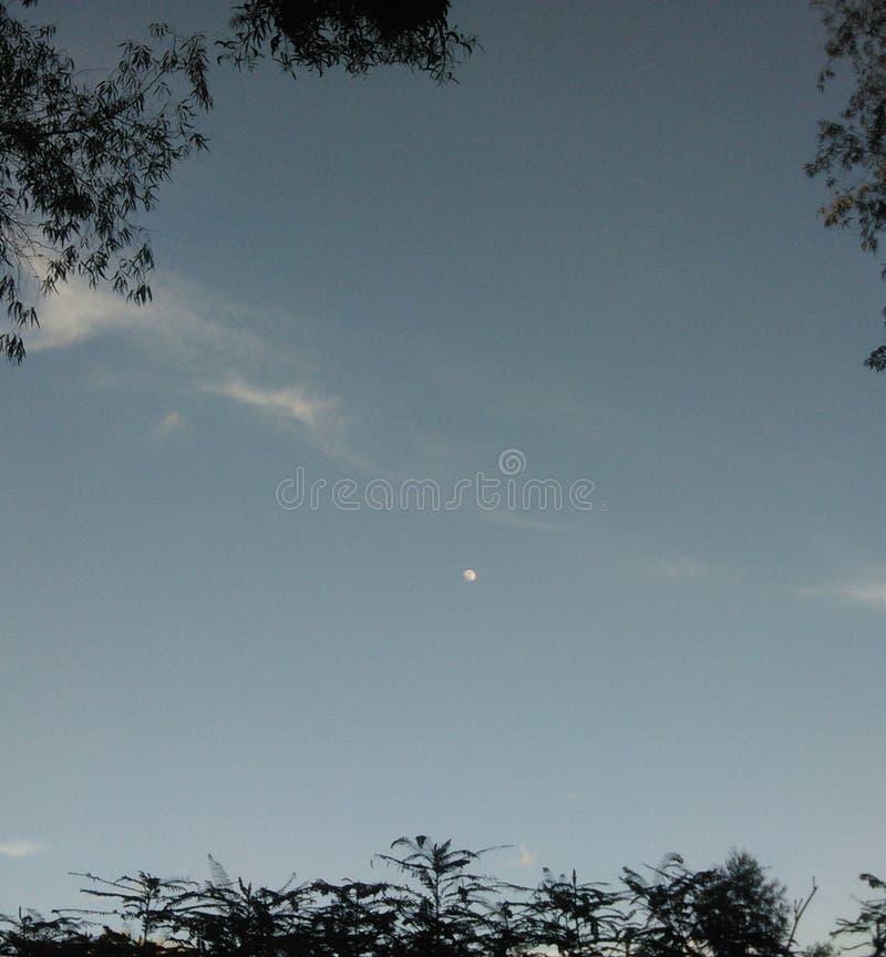 céu e lua pequena imagens de stock royalty free