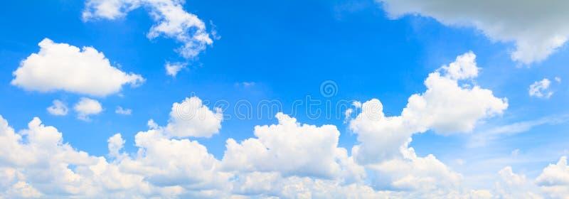 Céu e nuvem do panorama no fundo bonito do verão imagem de stock