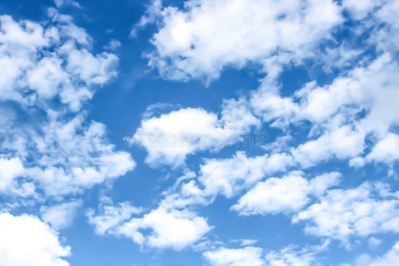 Céu e nuvem macia com filtro de cor pastel e textura do grunge, fotografia de stock royalty free