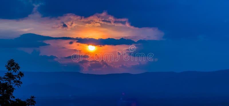 Céu e nuvens alaranjados do por do sol fotografia de stock royalty free