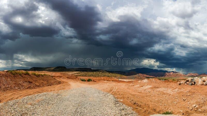 Céu e nuvens e chuva tormentosos sinistros de cúmulo no deserto fotografia de stock royalty free