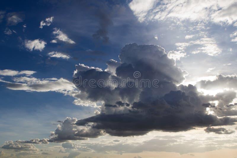 Céu e nuvens da noite imagem de stock