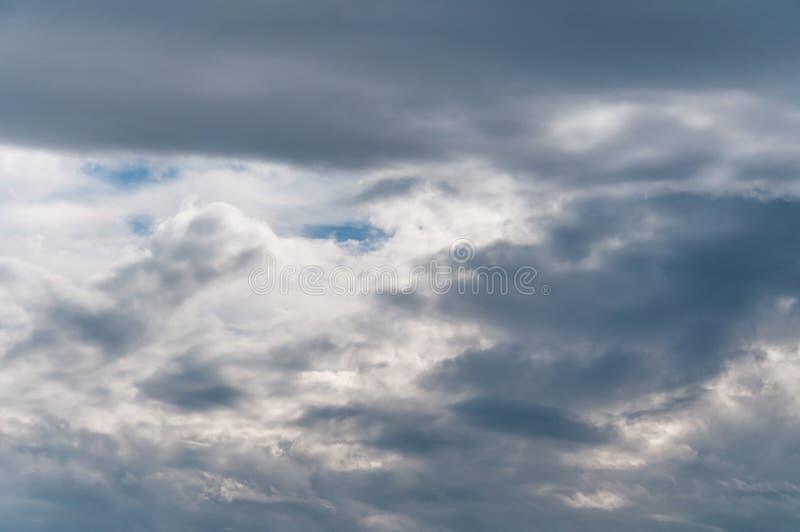 Céu e nuvens dramáticos fotografia de stock