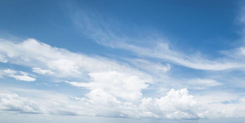 Céu e nuvens tropicais do verão imagem de stock