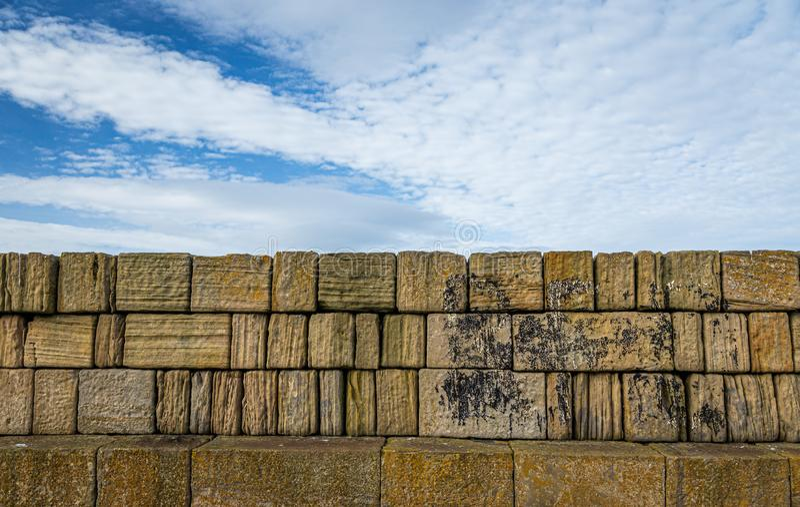 Céu e parede rochosa do quebra-mar fotos de stock royalty free