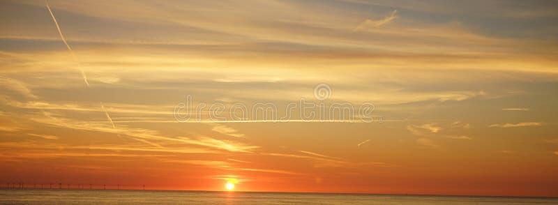 Céu e por do sol no northsea foto de stock royalty free