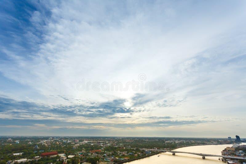 Céu e rio da metrópole da noite em Banguecoque fotografia de stock