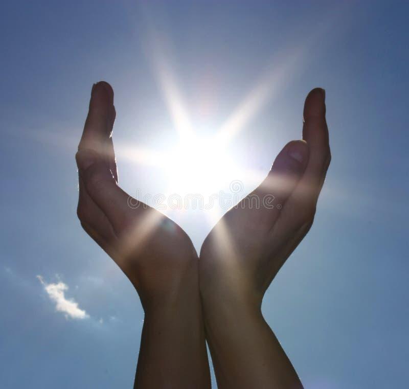 Céu e sol nas mãos fotos de stock royalty free