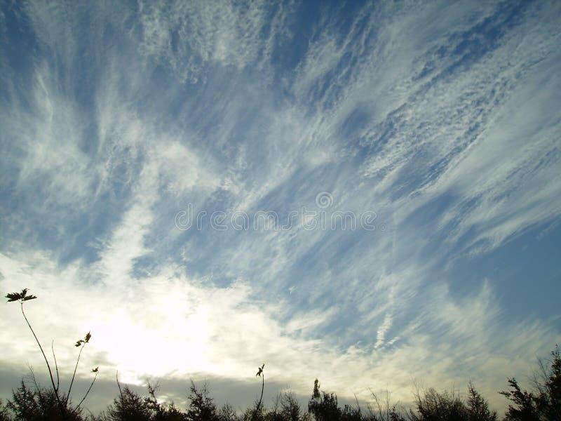Céu ensolarado azul com nuvens incríveis foto de stock royalty free
